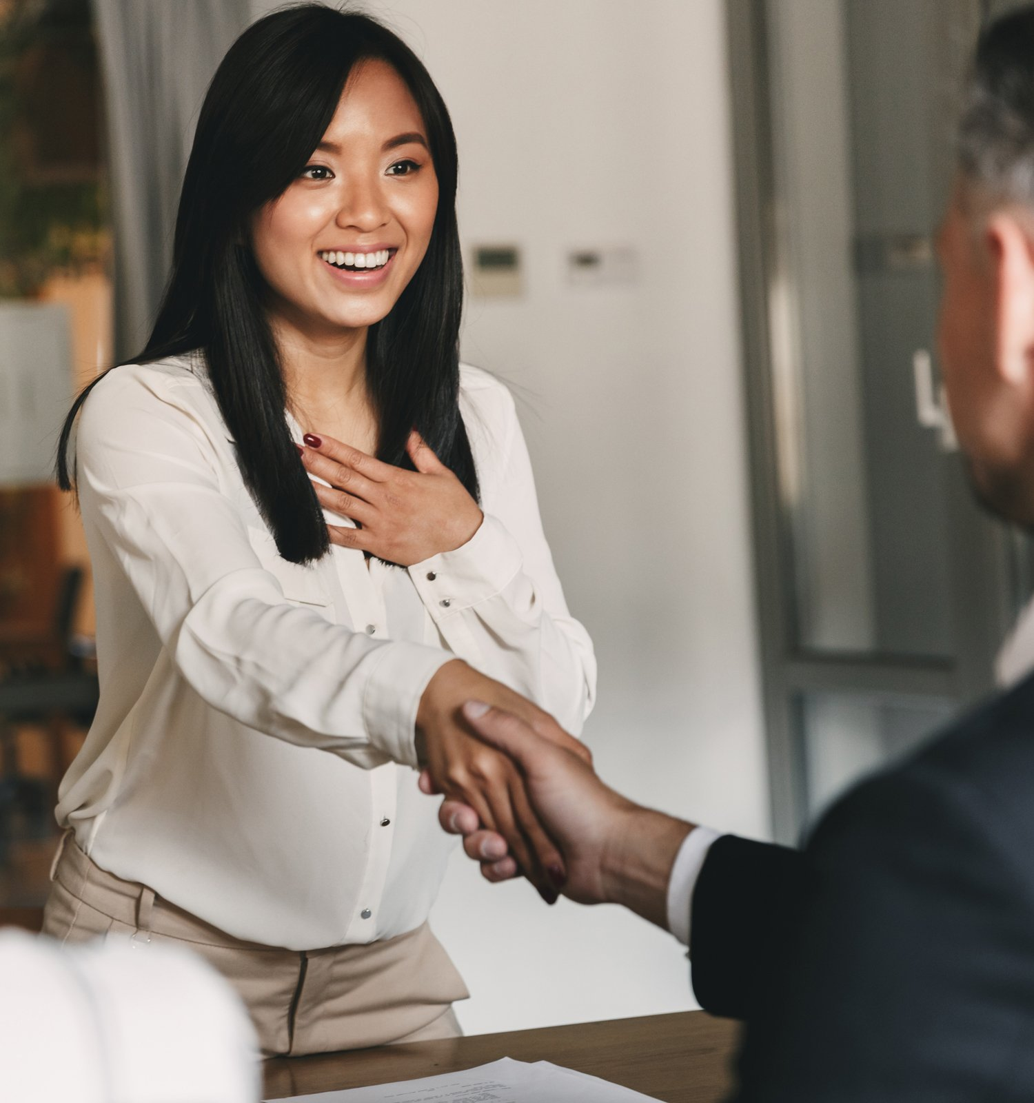 asian business woman shaking hands with business man